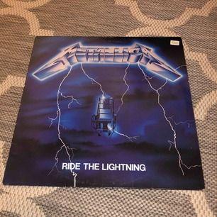 Klassiskt album från Metallica!! Retro och unik. Vinylskiva, albumet Ride The Lightning