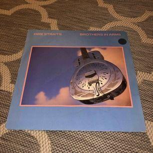 Unik och retro vinylskiva, albumet Brothers In Arms av Dire Straits