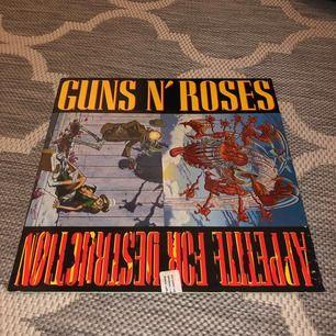 Retro och unik vinylskiva av Guns N' Roses!! Begagnad men utmärkt skick. Albumet är Appetite For Destruction