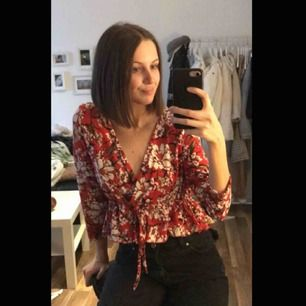 Fin, röd tröja med mönster. Storlek S. Kan mötas upp i Piteå/Skellefteå, annars står köparen för frakten. ✨