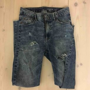 Skitsnygga jeans, högmidjade och har många slitningar. Ger riktigt snygg form, älskade dem innan men är nu för små