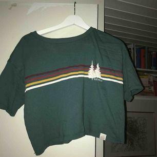 En kortare grön T-shirt från pull&bear! Inget tryck på baksidan