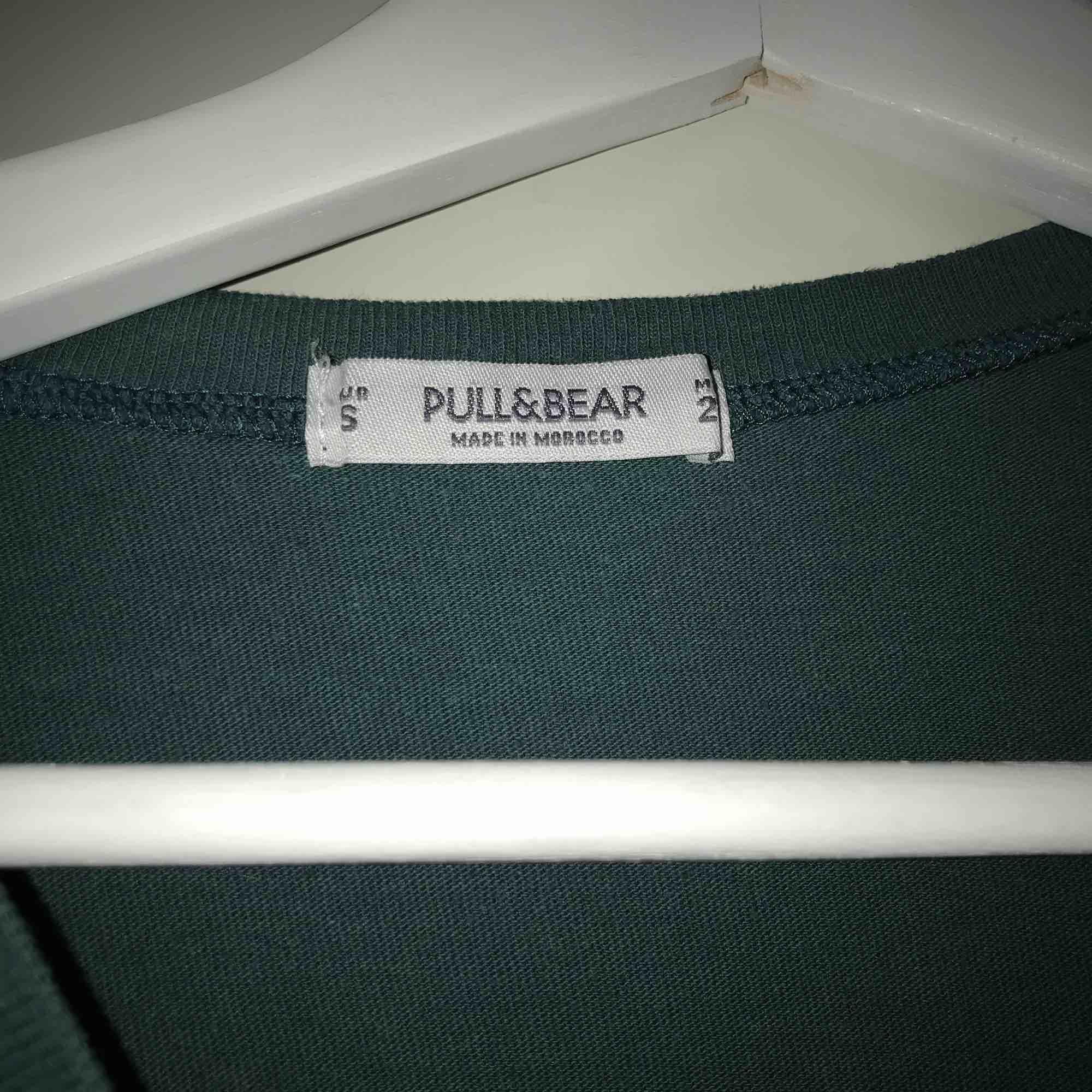 En kortare grön T-shirt från pull&bear! Inget tryck på baksidan. T-shirts.