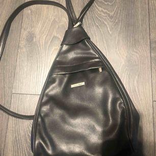 Säljer denna trekantiga ryggsäck, aldrig använd. Har bra förvaring och har 2 st axelband