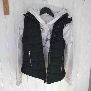 Säljer både västen och hoodien! Köp båda för 150 kr. Köper du bara västen eller hoodien så kan priset diskuteras. Frakt tillkommer.