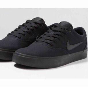 Svarta Nike SB, strl 40. Använda ca 3 gånger, kartong finns.