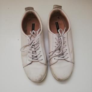 Vita skor i äkta skinn från H&M i stl 38. Frakt 63 kr.