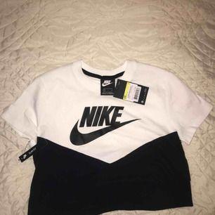 Nike crop top me prislapp kvar. *köparen står för frakten*