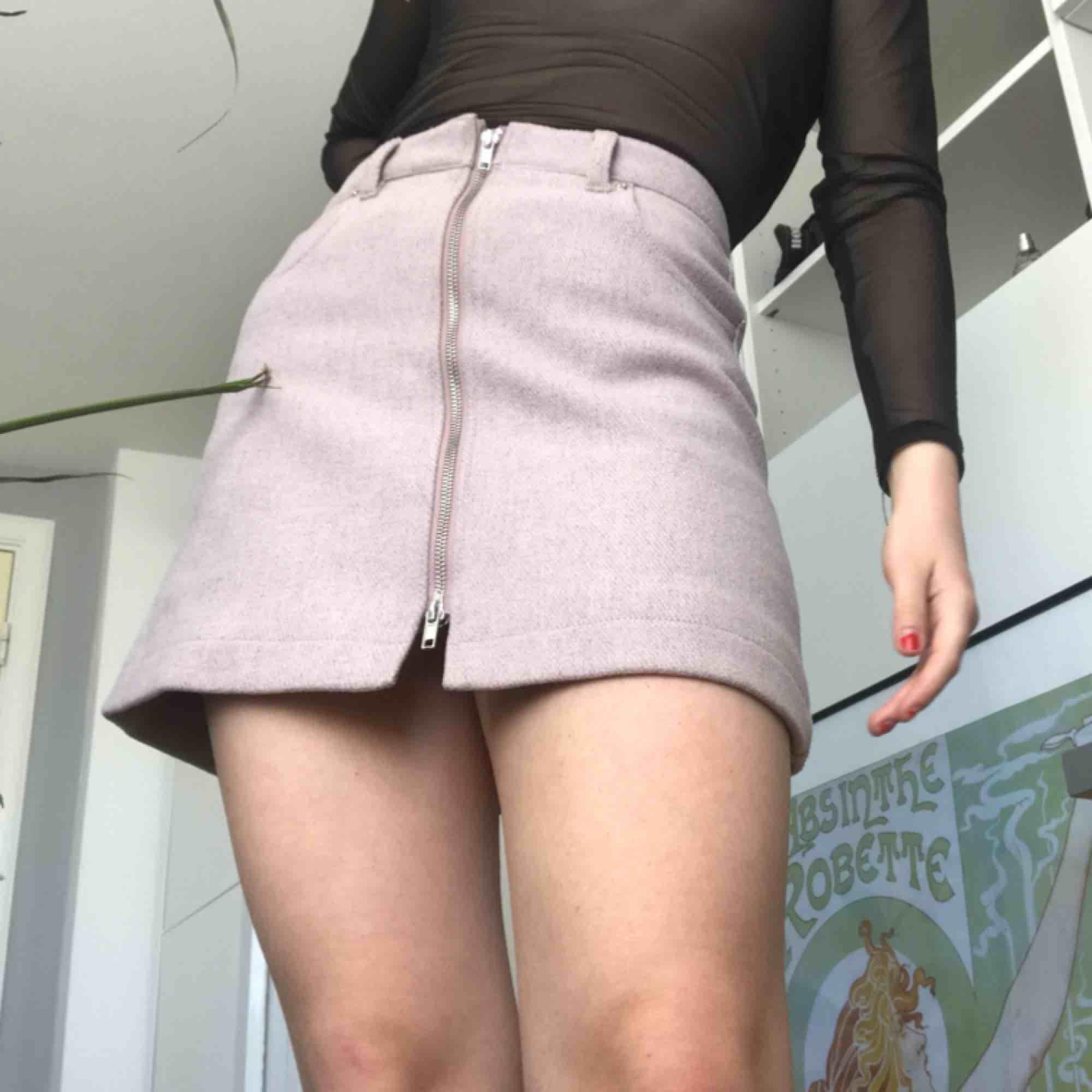 Jättesöt rosa minikjol från Weekday! Kjolen är av tjockt material och har en dragkedja i mitten. Kjolen är perfekt skick och oanvänd. Säljs inte i butik längre så det är limited addition. Skriv till mig för att diskutera pris eller för fler bilder.💞. Kjolar.
