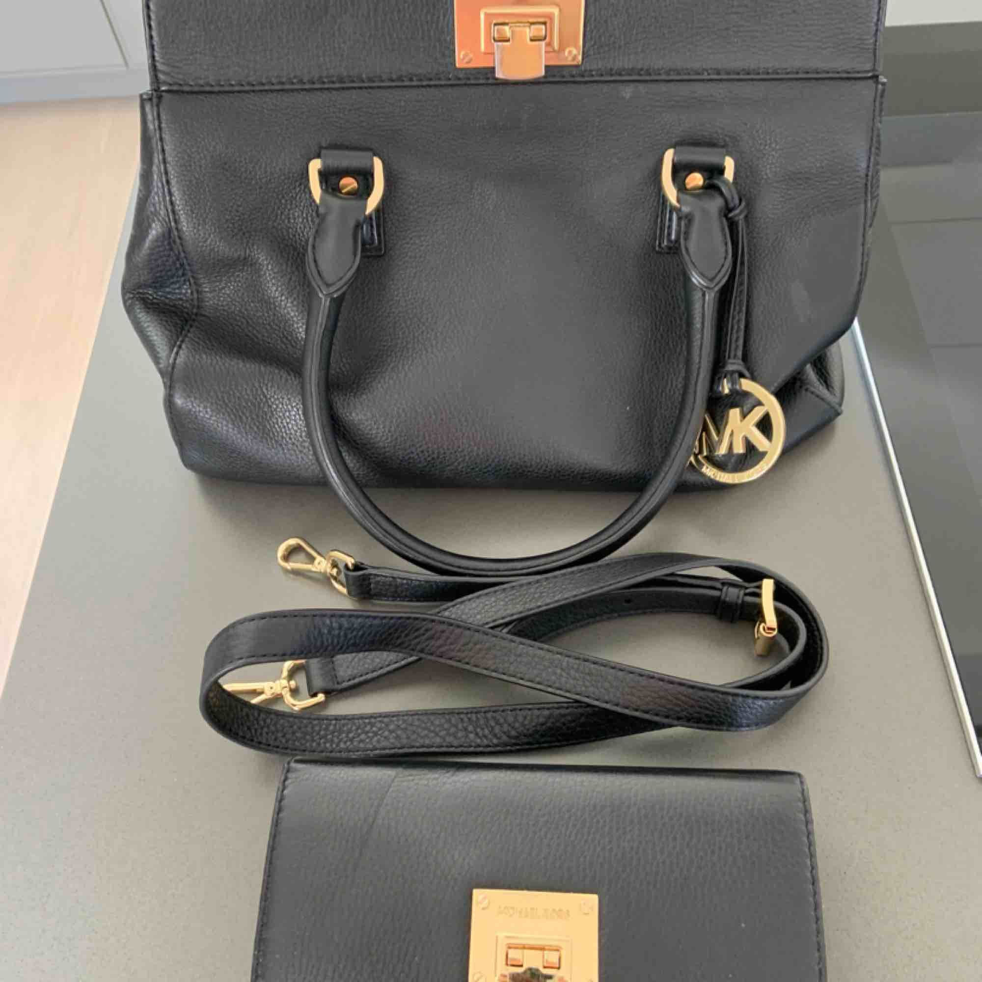 Real MK satchel PLUS matching wallet OBS! Can also be purchased individually! Brand: Michael Kors Colour: Black  Purchased 2 years ago.  Bag has several inside pockets + a long strap that can be added. Wallet has room for 14 credit cards, coins and bills.. Väskor.