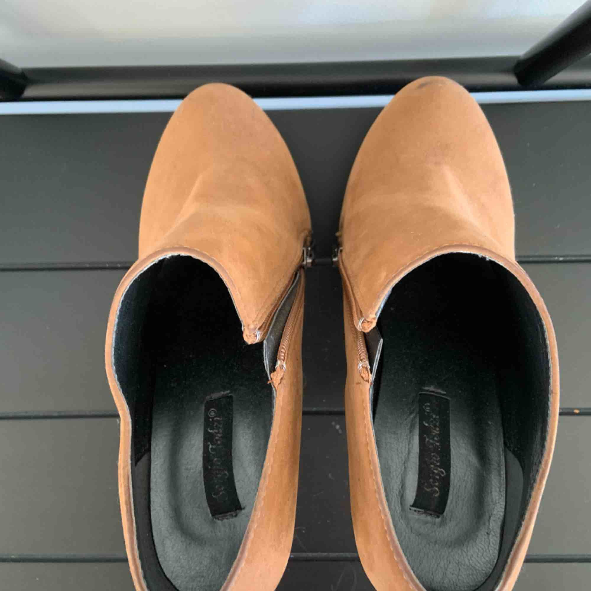 Brown suede high heels Brand: Sergio Todzi Size: 37 Colour: brown with black sole  Some scratches on the shoes, but otherwise hardly worn.. Skor.