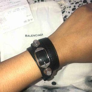 Balenciaga armband, (Äkta, köpt från Nathalie Schuterman) Nypris 1995kr och mitt pris 1000kr + spårbart frakt 65kr  Tar swish 😆