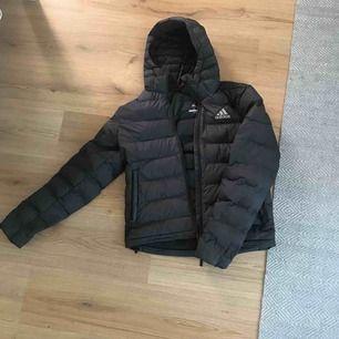 Dun Adidas jacka inga skador eller märken på den  Perfect till sen vinter eller vår