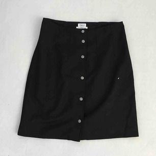Sjukt söt och mysig kjol från filippa K. Nästan helt oanvänd utan fläckar eller andra skavanker! Skickar eller möts upp om det passar bättre!