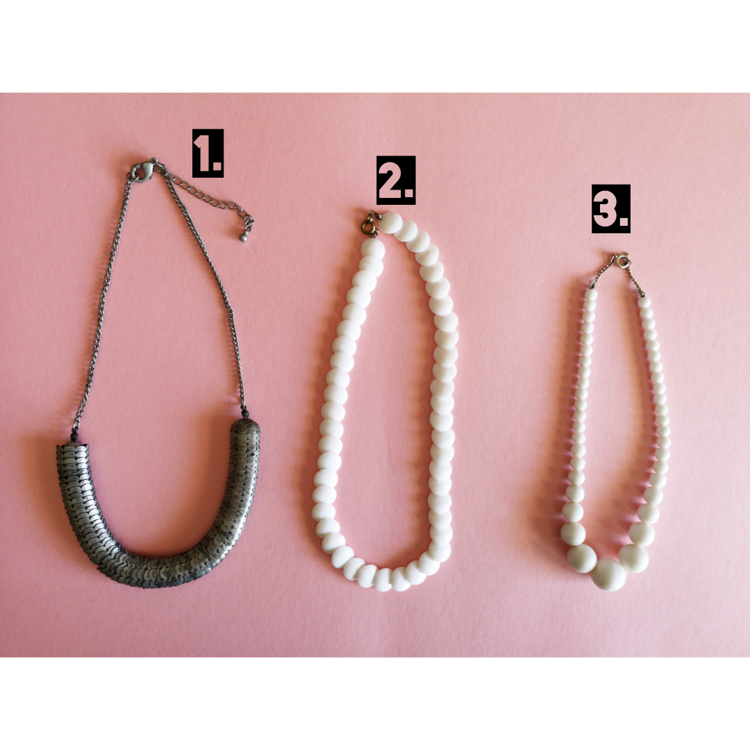 1. Coolt halsband med ormskinn liknade mönster. Pris 80 frakt tillkommer.  2. Snyggt retro vitt halsband i plast, pris 30kr frakt tillkommer.       3. Retro of doom och den blir som en choker på halsen, pris 30 frakt tillkommer.  . Accessoarer.