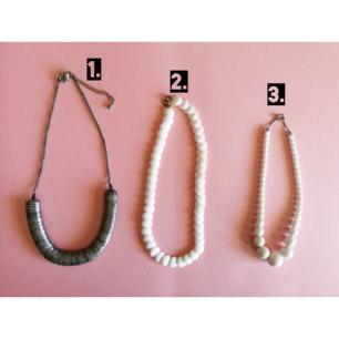 1. Coolt halsband med ormskinn liknade mönster. Pris 80 frakt tillkommer.  2. Snyggt retro vitt halsband i plast, pris 30kr frakt tillkommer.       3. Retro of doom och den blir som en choker på halsen, pris 30 frakt tillkommer.
