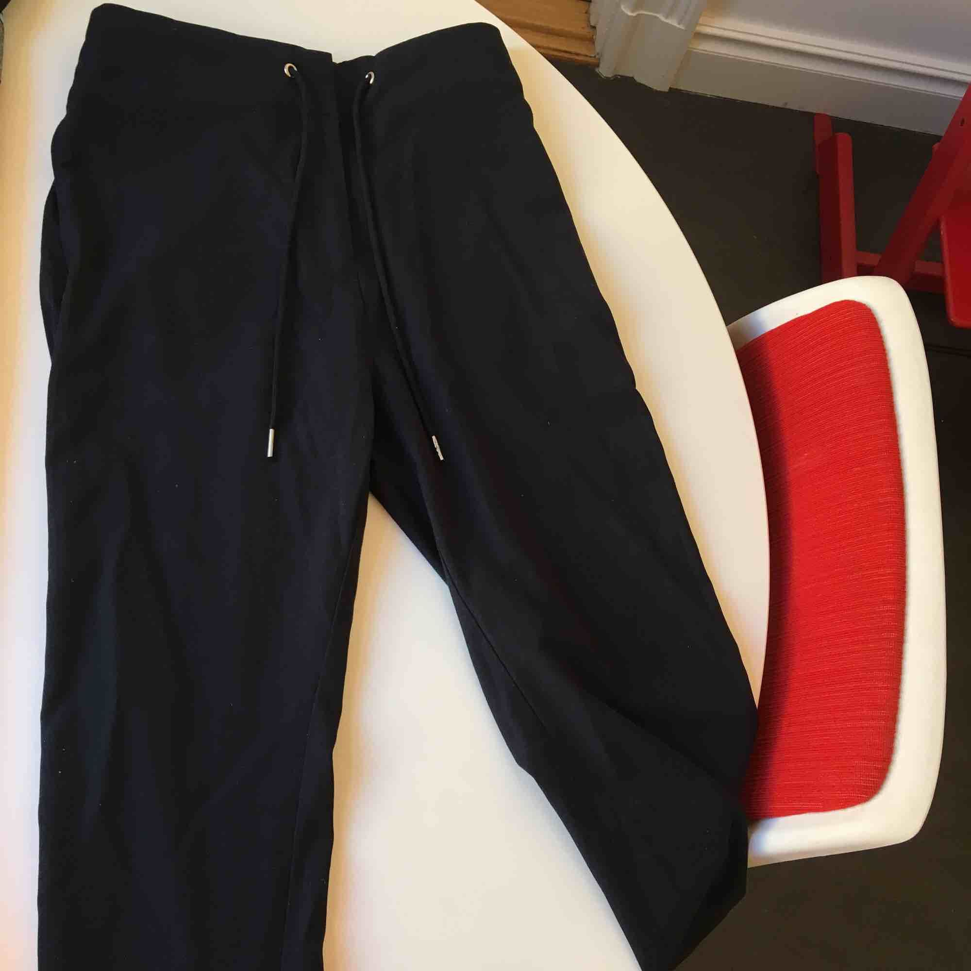 Snygga marinblå kostymbyx-aktiga brallor från weekday, med snörning i midjan!. Jeans & Byxor.