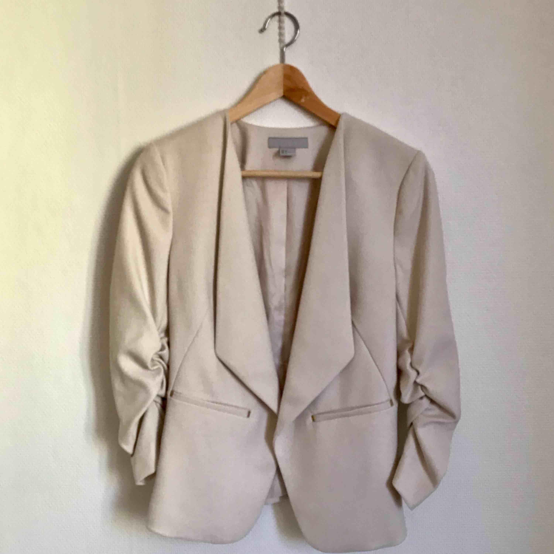 Välsydd kavaj Från H&M. Beige/sandfärgad. Sitter snyggt.. Kostymer.