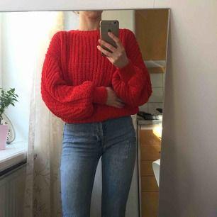 Världens gosigaste tröja från hm conscious. Härlig volym och så mjuk. Kan användas både instoppad i byxorna eller utsläppt. Oversize med ballongarmar så även om den är storlek M så passar den mig som har xs/s. Mycket bra skick!