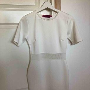 Lårlång Vit bodycon klänning köpt från boohoo, aldrig använd. Skulle säga att den sitter mer som en 36/38 än en 34