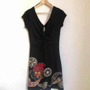 Svart klänning från Desigual i mjuk bomull. Perfekt skick.