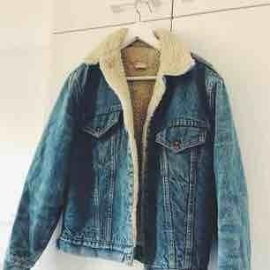 Säljer min älskade fodrade levis-jacka pga har för många jackor. Den är i ljust jeanstyg och funkar utmärkt som både vinter och sommar-jacka beroende på vad man har under. I mycket bra skick!