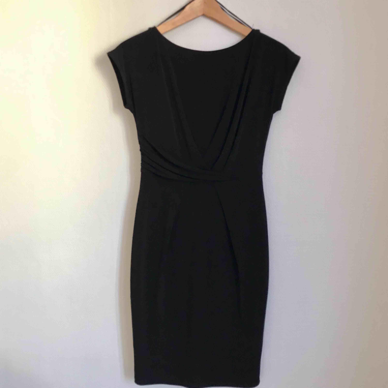 Svart klänning från Esprit. Aldrig använd. Sitter snyggt.. Klänningar.
