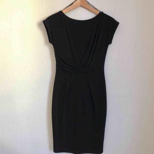 Svart klänning från Esprit. Aldrig använd. Sitter snyggt.