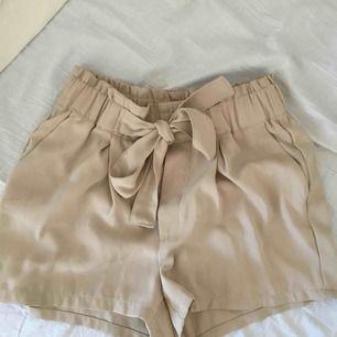 Beige shorts från bik bok