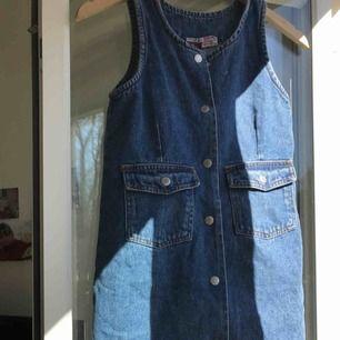 """Jeans klänning. Man kan knäppa upp hela. Säljer pga att den är lite liten för mig. Den är från """"CLASSIC HG kids"""" så den är ganska liten."""