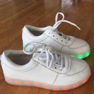 lysande skor, kan även blinka och byta färger. laddare medföljer. står storlek 36 men är mer som 35