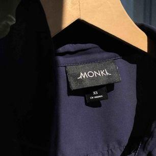 Mörkblå blus från monki. Säljer pga aldrig använt