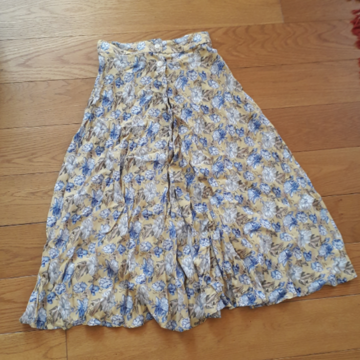Beautiful midi skirt from Beyond retro. Bought as a size medium but definitely fits more like a small or even x-small. Very good condition. Never worn by me because of the size.. Kjolar.