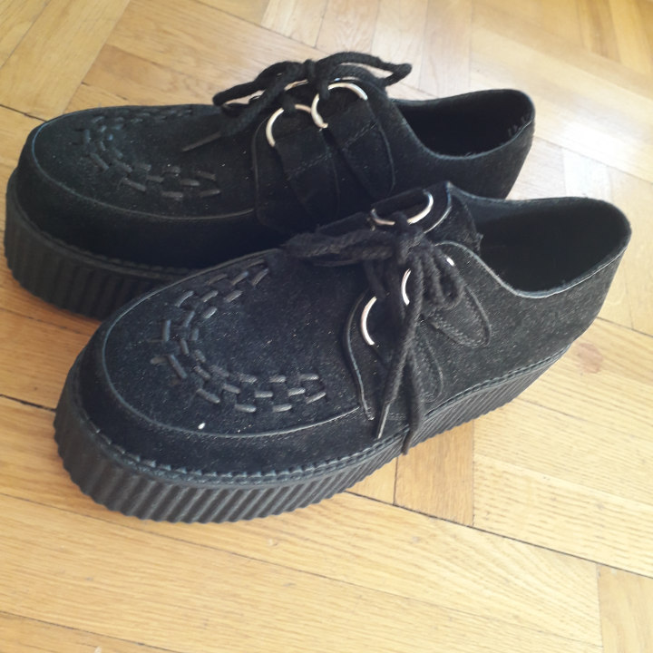 Faux suede creepers bought from Nastygal. Never worn outside. Just let me know if you have any questions or want to see more pictures :). Skor.