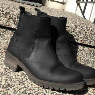 svarta boots i storlek 38. använda men inte trasiga på något sätt. de blev precis nyputsade
