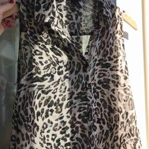 Leopardmönstrad blus från H&M. Säljer pga att den inte kommer till användning