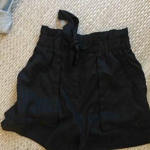 Paperbag shorts, Svarta högmidjade shorts  Använda ca 1 gång