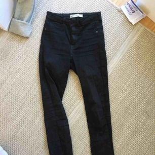 Molly jeans från Gina tricot.  Svarta stretchiga