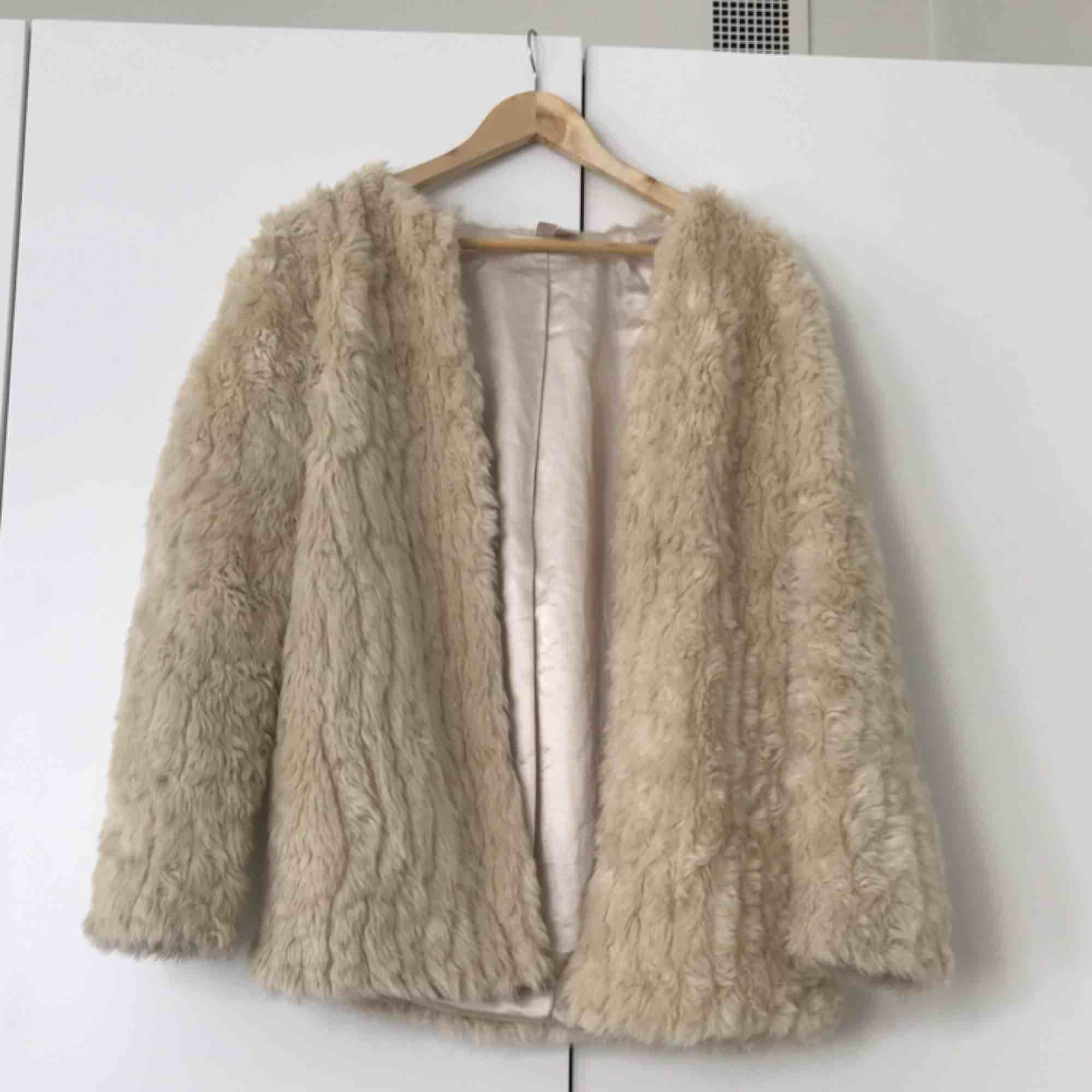 Lovely furry jacket from Forever 21. Used, but in a very good condition.. Jackor.
