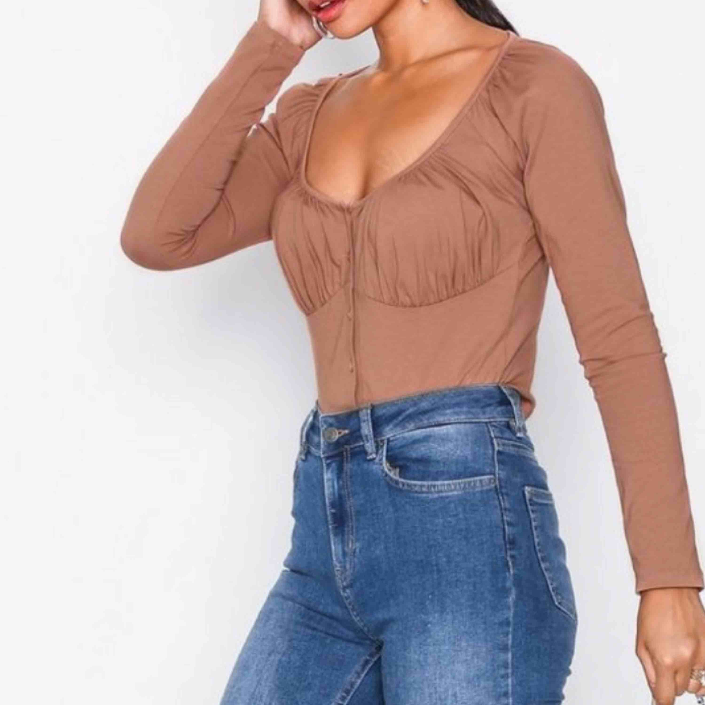 """Säljer en snygg croptop med """"scrunch"""" detalj kring brysten. Den är helt oanvänd med prislapp kvar. Kan skickas mot fraktkostnad (39:- med postnords brev). Toppar."""