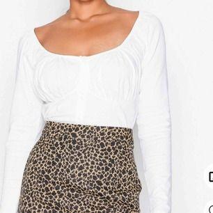 Säljer en snygg croptop med scrunch detalj kring brysten, använd ett fåtal gånger!