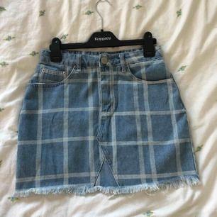 Söt oanvänd kjol från boohoo. Älskar den och mönstret men tyvärr är den lite för tajt på mig och aldrig kommit till användning. Kostade runt 280kr. Köpare står för frakt annars kan man möta upp mig i Arlöv/Lund och i värsta fall Malmö!
