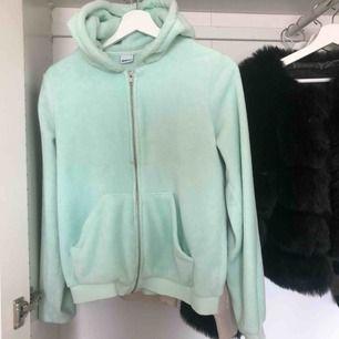 Säljer en mint grön fluffig hoodie med fickor! Kommer knapp till användning, kan inte fraktas.