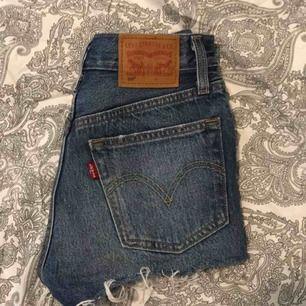Säljer ett par skit snygga Levis shorts pågrund av att de är för små för mig!Använd relativt många gånger men typ som nya! Nypris:500kr❤️
