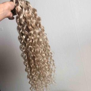 Säljer blont lockigt extensions (18 inches) som är helt oanvänt, håret är syntetiskt det är därför det säljs så billigt. Lockarna måste självklart separeras innan användning för bäst resultat.