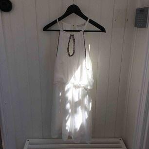 Superfin klänning köpt i en butik i Spanien. Har tyvärr inte använt den många gånger alls så den är i väldigt bra skick! Frakt tillkommer