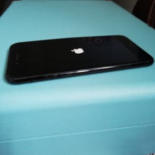 Säljer nu min phone 7 för 699:-, frakten går på 35kr. 🌹 Förutom en buckla i höljet på högersida av mobilen (se första bilden) så är den fullt fungerande. Med mobilskal på så syns ej bucklan. 🌺