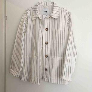 Skjortjacka i boxig modell från Monki, prislappen kvar🌸