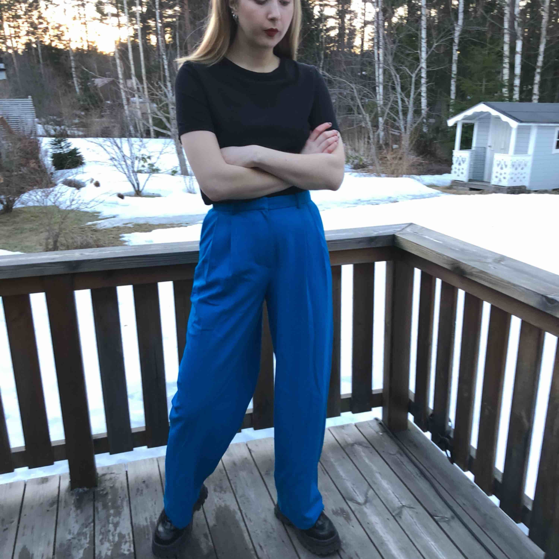 Blå byxor från h&m trend för den som vill synas! (Färgen är lite starkare irl). Endast använda ett par gånger så dessa förtjänar defo mer kärlek. Kan mötas i Gävle med viss omnejd, annars står köparen för frakten.. Jeans & Byxor.