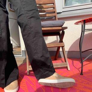 Fina beige, guldglitter i mocka skor, använda 2-3 gånger, bekväma att gå i. Kan mötas i Gullmars, TC, eller Södermalm